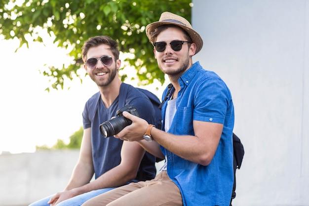 通りで写真を撮るヒップの友達 Premium写真
