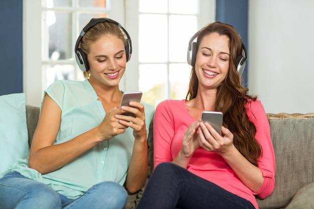 自宅で音楽を聴く女性の友人 Premium写真