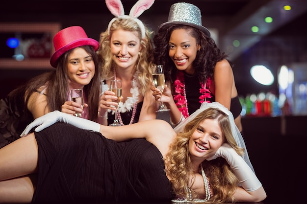 Друзья празднуют девичник Premium Фотографии