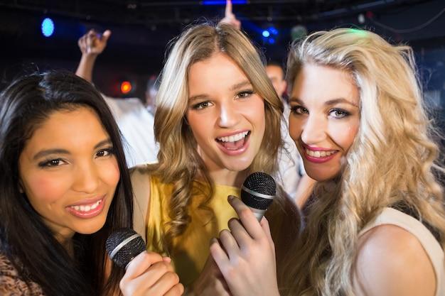 カラオケで歌う幸せな友達 Premium写真