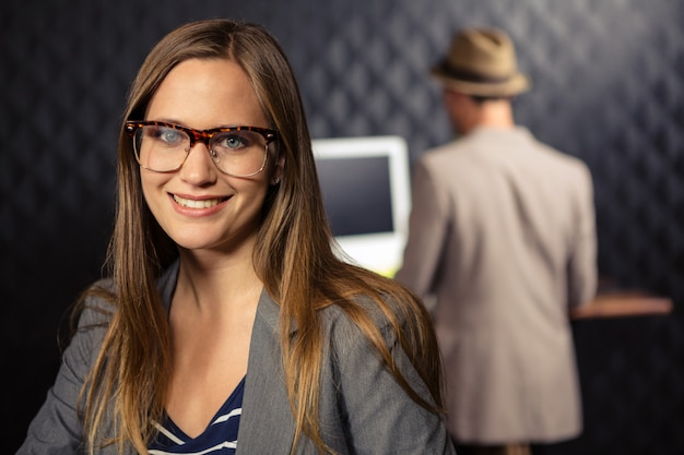 Творческая коммерсантка усмехаясь на камере Premium Фотографии