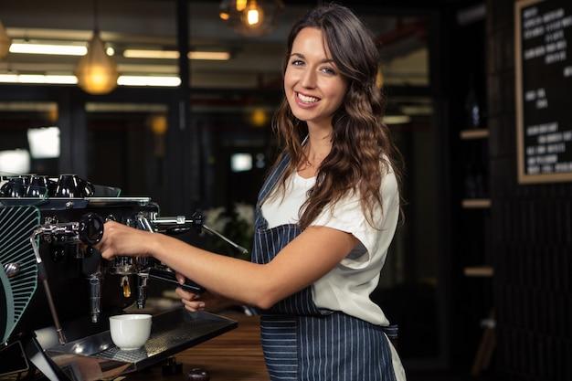 Бариста готовит кофе с машиной Premium Фотографии