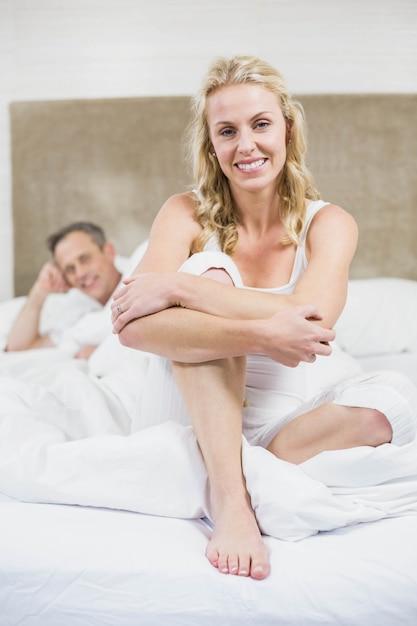 かわいいカップルが彼らの部屋で休憩 Premium写真