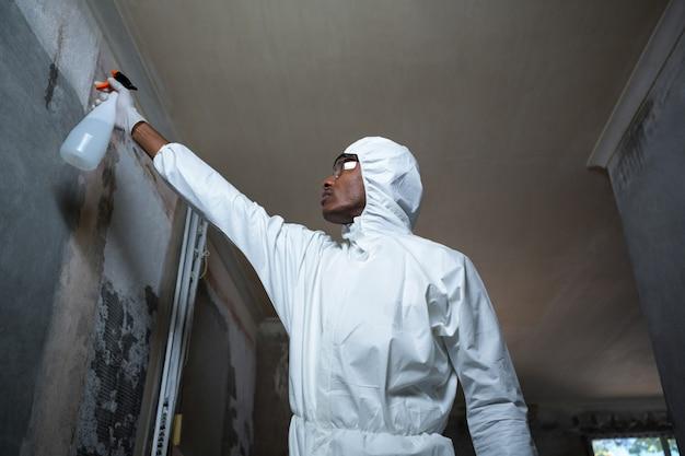 壁に害虫駆除を行う男 Premium写真