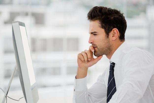 Бизнесмен работает на компьютере Premium Фотографии