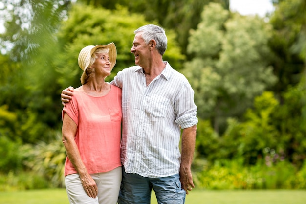 庭に立っている年配のカップル Premium写真