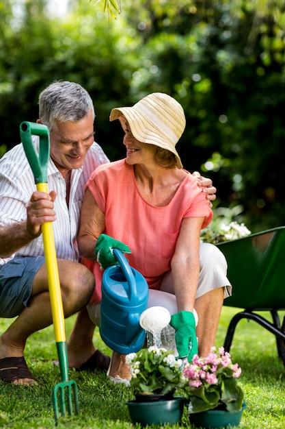 庭で園芸用品と年配のカップル Premium写真