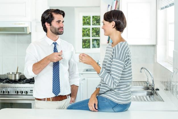 コーヒーブレーク中に実業家と対話する女性 Premium写真