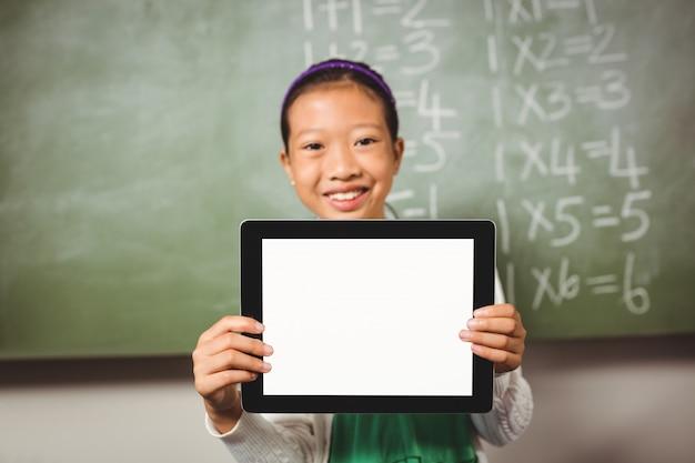 Девушка держит планшет Premium Фотографии