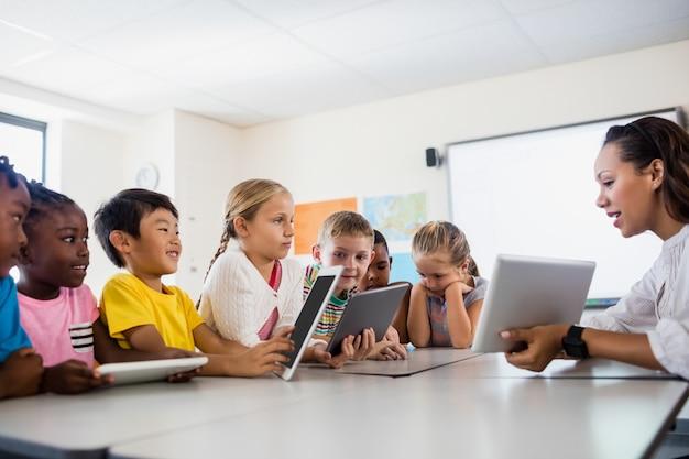 Учитель на уроке с планшетным пк Premium Фотографии