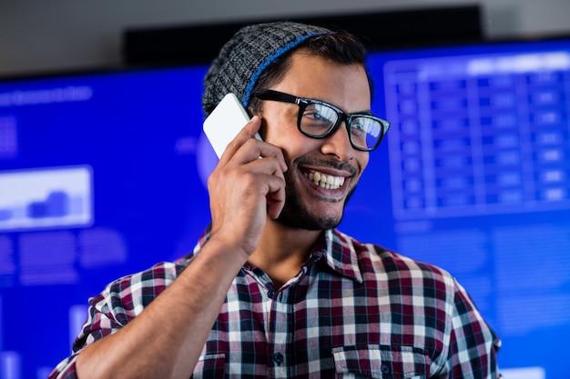 Улыбающийся битник звонит с смартфона Premium Фотографии