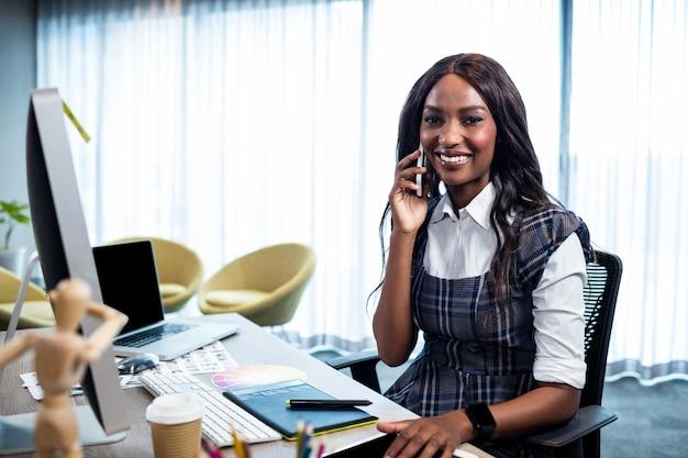Предприниматель по телефону Premium Фотографии
