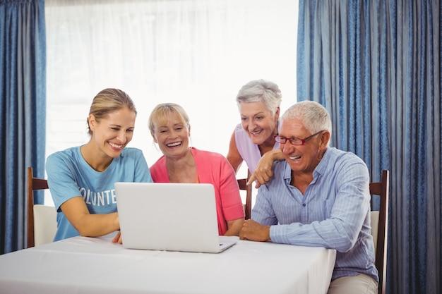 高齢者とラップトップを使用して女性 Premium写真