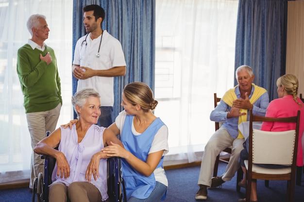 高齢患者と話し合う看護師 Premium写真