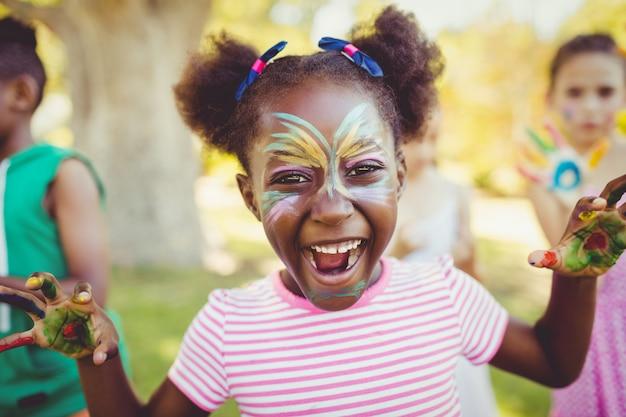 Портрет девушки с макияжем, показывая ее окрашенные руки Premium Фотографии