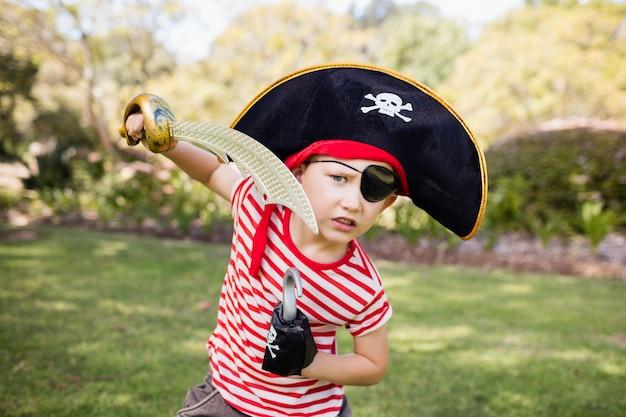 Маленький мальчик притворяется пиратом Premium Фотографии