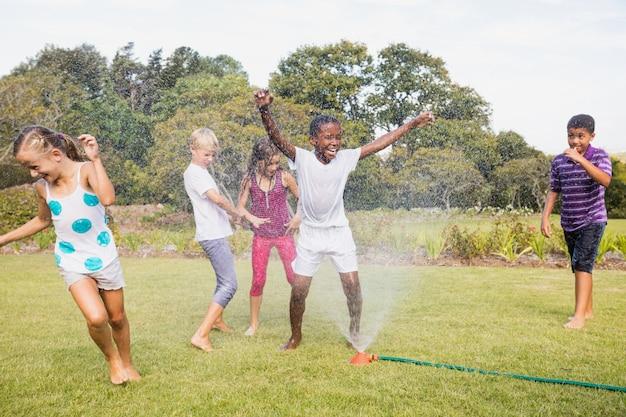 Дети играют вместе в солнечный день Premium Фотографии