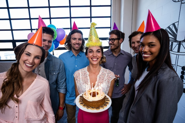 誕生日を祝う幸せな同僚 Premium写真