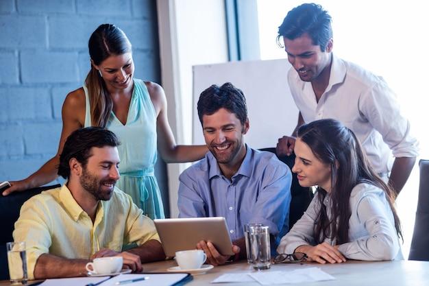 ラップトップを使用して笑顔の同僚のグループ Premium写真