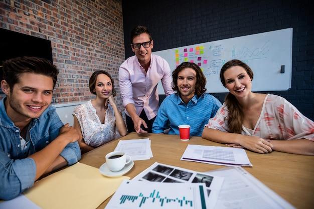 Портрет группы сотрудников во время встречи Premium Фотографии