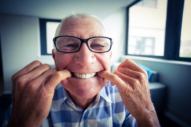 変な顔を作る年配の男性 Premium写真