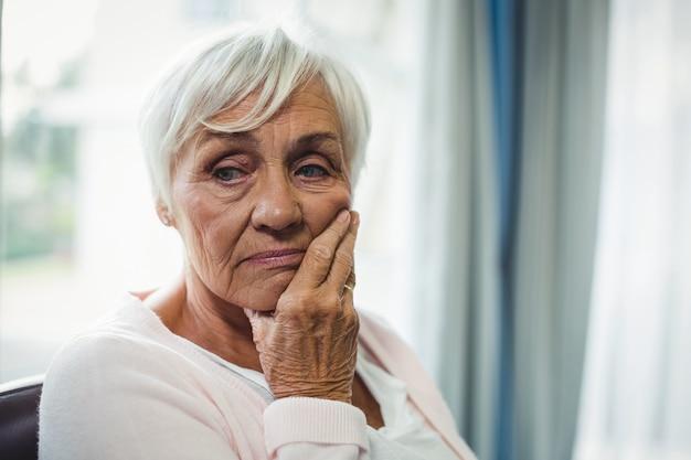 心配している年配の女性のクローズアップ Premium写真