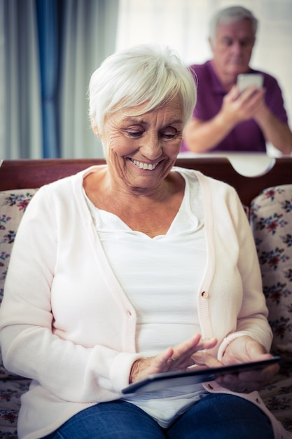 デジタルタブレットを使用して年配の女性 Premium写真