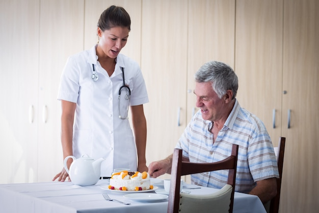 リビングルームで女医お祝い先輩男誕生日 Premium写真