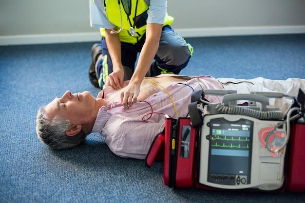意識不明の患者に体外式除細動器を使用する救急 Premium写真