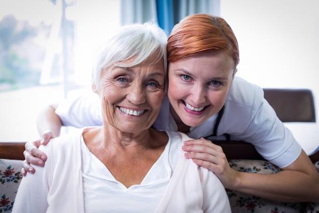 Портрет улыбающегося врача и пациента Premium Фотографии