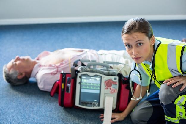 心肺蘇生中に体外式除細動器を使用する救急 Premium写真