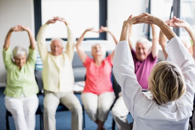 Пожилые люди делают упражнения Premium Фотографии