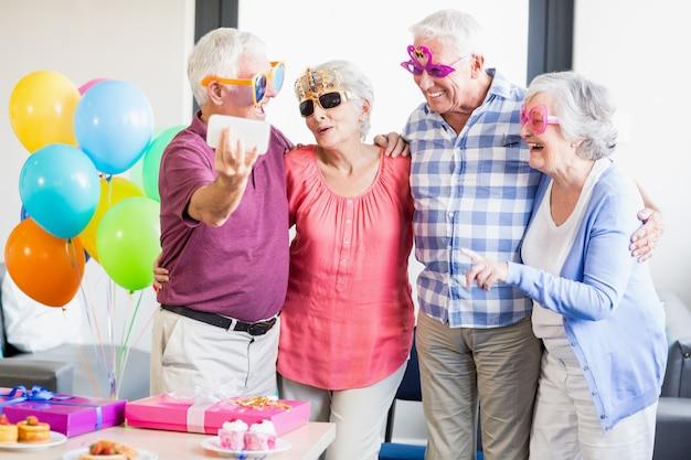 セルフィーを取る高齢者 Premium写真