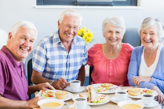 一緒に昼食を食べている高齢者 Premium写真