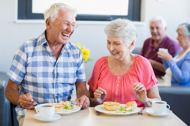 Пожилые люди обедают вместе Premium Фотографии