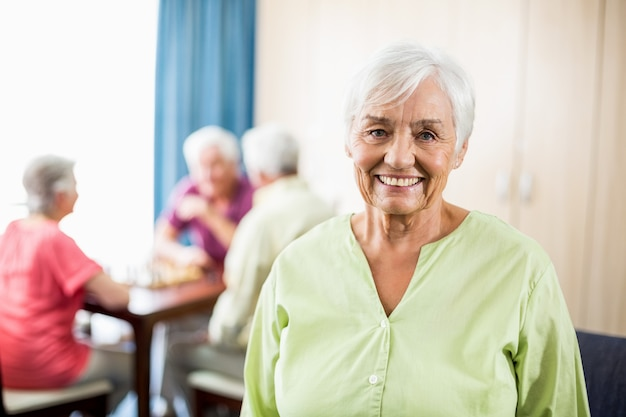 立っている年配の女性 Premium写真