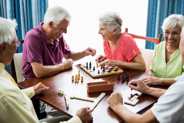 Пожилые люди играют в игры Premium Фотографии