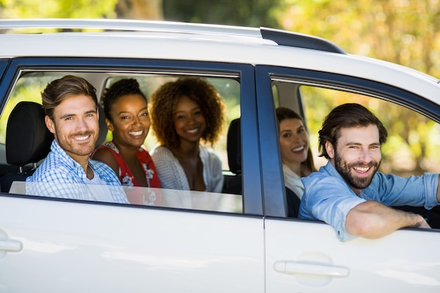 車の窓から外を見て友人のグループ Premium写真