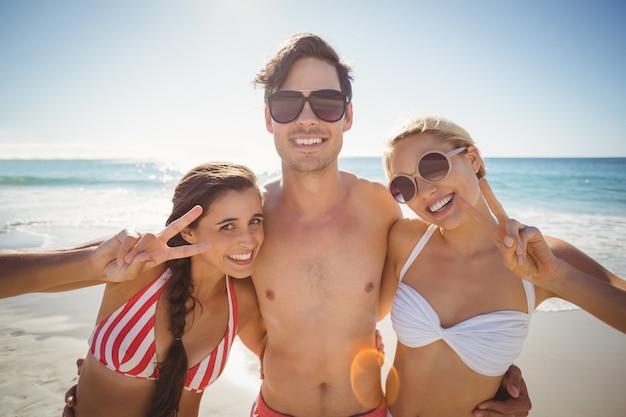 ビーチでポーズの友人 Premium写真