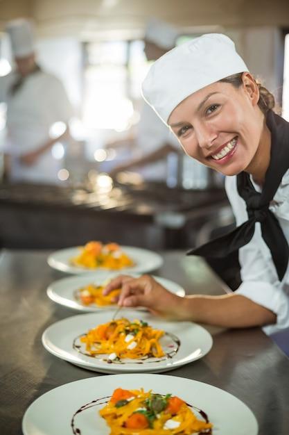 食品のプレートを飾り女性シェフの肖像画 Premium写真