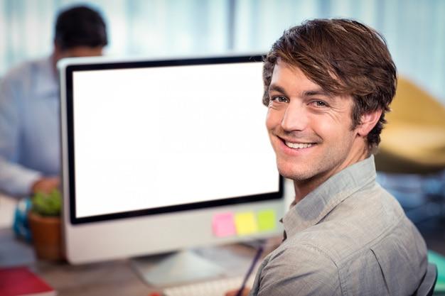 Портрет улыбающегося человека Premium Фотографии