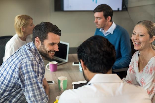 会議中に対話するビジネス人々 Premium写真