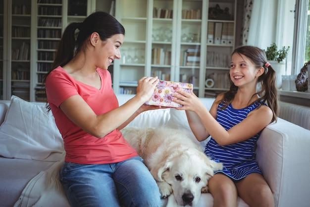 Счастливая дочь дарит сюрприз маме Premium Фотографии