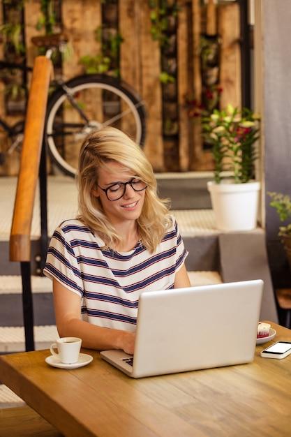 座っているラップトップを使用して女性 Premium写真