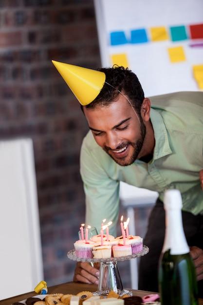 彼の誕生日にろうそくを吹き実業家の肖像画 Premium写真