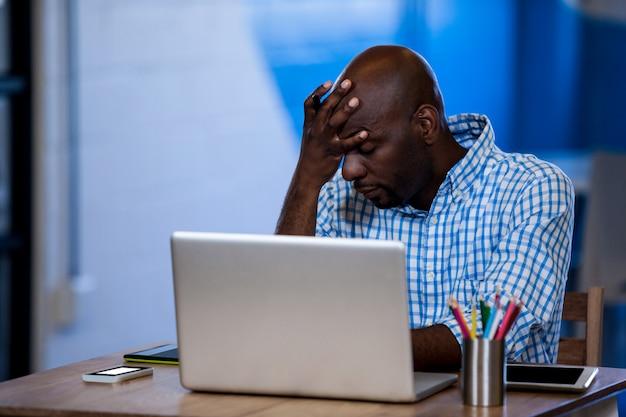 彼のラップトップの腹が立つビジネスマン Premium写真