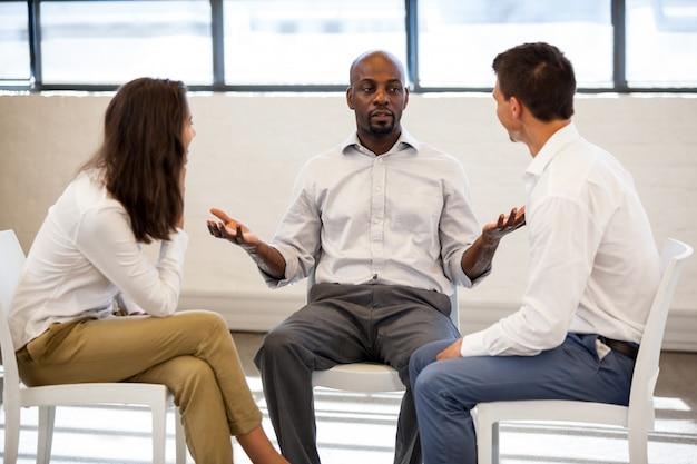 Коллеги разговаривают во время встречи Premium Фотографии