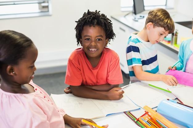教室で幸せな少年 Premium写真