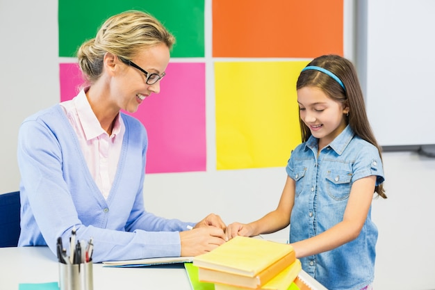 Учитель помогает школьнице в рисовании Premium Фотографии
