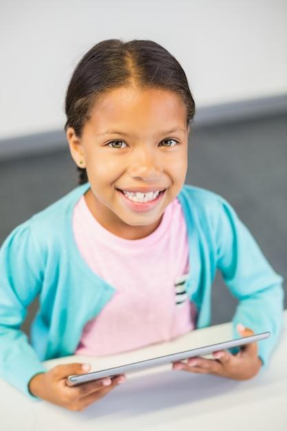 教室でデジタルタブレットを使用して女子高生 Premium写真